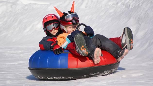Zimní dovolená ve Velkých Karlovicích:  snowtubing u hotelu Horal.