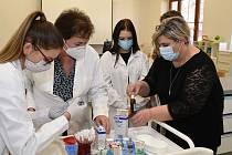 Zájemce o práci ve zdravotnictví se během individuálních konzultací ujme personalistka a vrchní sestra.