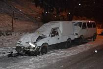 Nehodu, od které ujel, způsobil v pondělí odpoledne ve Vsetíně dvacetiletý zdrogovaný mladík. Nezvládl jízdu na zledovatělé vozovce a poškodil dvě zaparkovaná auta.