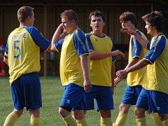 Fotbalisté Choryně B (žluté dresy) vedou tabulku IV. třídy.