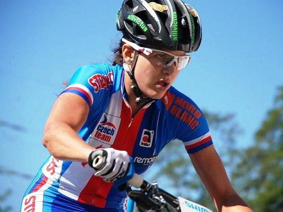 Tereza Huříková v národním dresu na trati závodu MS v Saalfeldenu.
