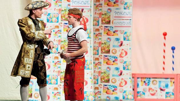 Dvacetiletý herec Divadelního souboru Masarykova gymnázia Vsetín Marek Frňka (v pruhovaném tílku) v roli sluhy Truffaldina ve hře Sluha dvou pánů.