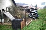 Řidič osobního vozu nezvládl v sobotu 21. března 2020 průjezd okružní křižovatkou v Hovězí na Horním Vsacku a havaroval do zahrady blízkého rodinného domu.