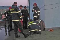 Muž vylezl na střechu, kde začal poškozovat klimatizační jednotky.