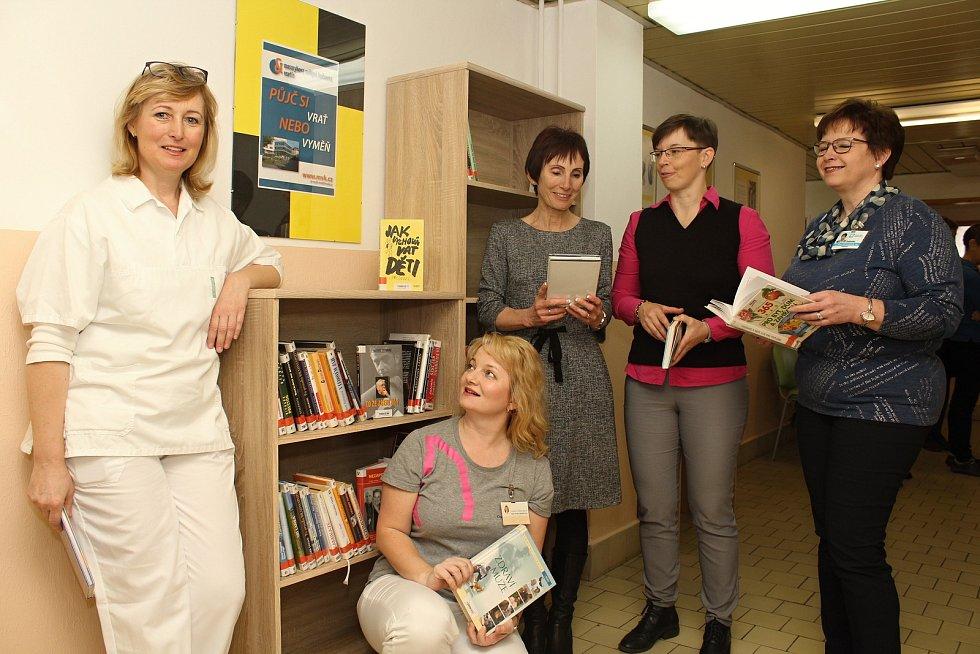 Knihobudku otevřeli v pátek 22. března 2019 zástupci Vsetínské nemocnice a Masarykovy veřejné knihovny v čekárně na Poliklinice. Zleva primářka rehabilitačního oddělení Danuše Trnovcová, terapeutka Pavlína Matějčková, ředitelka Masarykovy veřejné knihovny