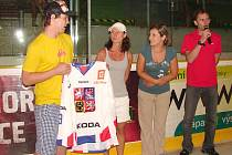 Na turnaj zavítal mimo jiné zajímavé hosty také odchovanec vsetínského hokeje, mistr světa z Německa 2010 Ondřej Němec (první zleva).