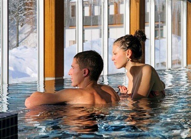 Bazén s vyhlídkou na zimní krajinu.