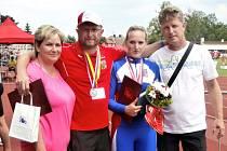 Petra Chovancová (v modrém) má oporu v trenérovi Vlastimilu Gaškovi (vpravo) i ve svých rodičích.