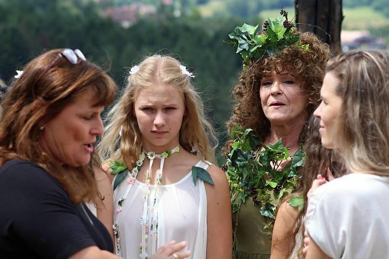 Filmaři pokračovali 3. července 2019 na kopci na Podlesím s natáčením pohádky Největší dar. Zahraje si v ní také Chantal Poullain.