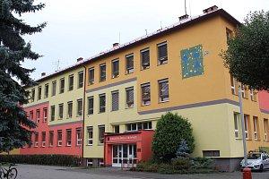 Základní škola Trávníky se poprvé otevřela v roce 1953. Letos je jí 65 let.