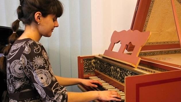 ELIŠKA SOJKOVÁ se stane první profesionální cembalistkou s kořeny v ZUŠ Alfréda Radoka ve Valašském Meziříčí.