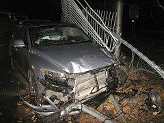 Osobní auto prorazilo bránu parkoviště v Krásně nad Bečvou ve Valašském Meziříčí, neděle 6. listopadu 2016.