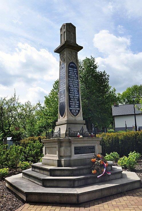 Pomník obětí světových válek u hřbitova v Brankách. Na hranolu jsou ze všech čtyř stran jména obětí 1. světové války: 22 z Branek. 13 z Polic, 10 z Oznice a 4 z Vrchovce. Dodatečně byla na podstavec umístěna cedulka se jmény tří vojáků čs. zahraniční armá