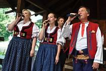 Dechová hudba Lidečanka z Lidečka vystupuje na domácí půdě na 24. ročníku Mezinárodního festivalu dechových hudeb v Lidečku; neděle 7. července 2013