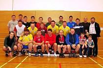 Fotbaloví rozhodčí KFS Zlín se sešli na nultém ročníku Memoriálu Zbyňka Kováře. Na společném fotu jsou valašští sudí, z nichž jasně dominovali Rožnované.