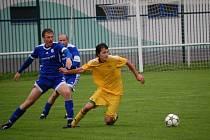 V utkání krajského přeboru Velké Karlovice + Karolinky (žluté dresy) doma prohrály s Chropyní 0:1.