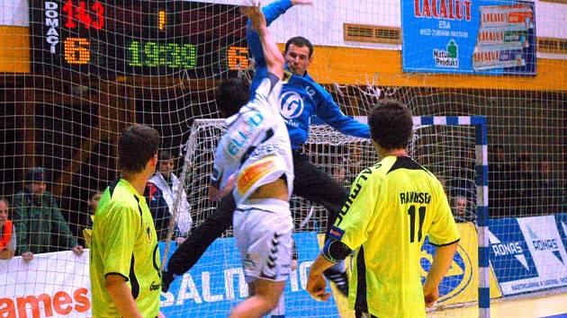 Brankář Zubří Milan Malina v akci proti Plzni.