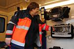 Vedoucí lékařka Zdravotnické záchranné služby Zlínského kraje ve Valašském Meziříčí ukazuje vybavení nové sanitky, kterou při výjezdech nově využívají záchranáři na Rožnovsku; 3. února 2020