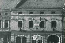Náměstí ve Valašském Meziříčí za okupace s říšskou orlicí v popředí