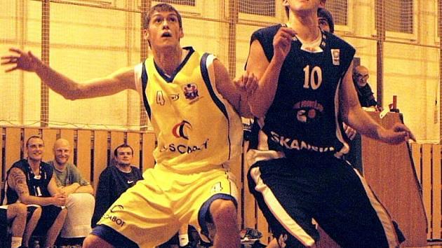 Basketbalista Valašského Meziříčí B Jan Kročil (vlevo).
