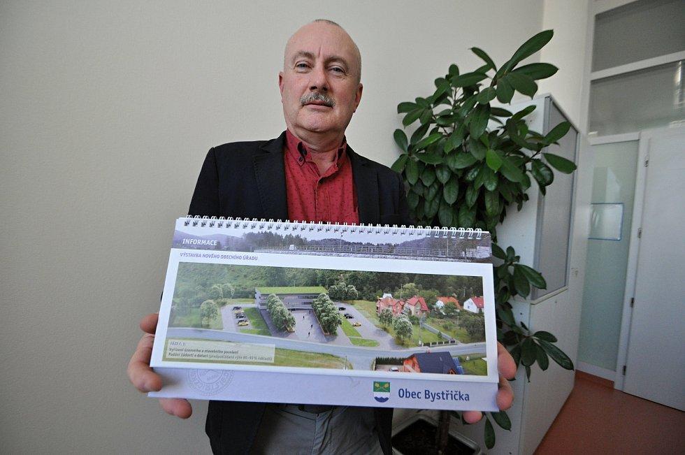 Starosta Bystřičky na Vsetínsku Zbyněk Fojtíček s vizualizací budoucí podoby budovy obecního úřadu.