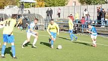 Fotbalisté Vsetína (modro-bílé dresy) odehráli zápas proti Kozlovicím.