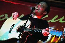 Frontman kapely Docuku Jiří Buksa při koncertu u příležitosti křtu nové desky skupiny s názvem Kdybych já věděl, Valašské Meziříčí, M-klub, pátek 1. března 2013