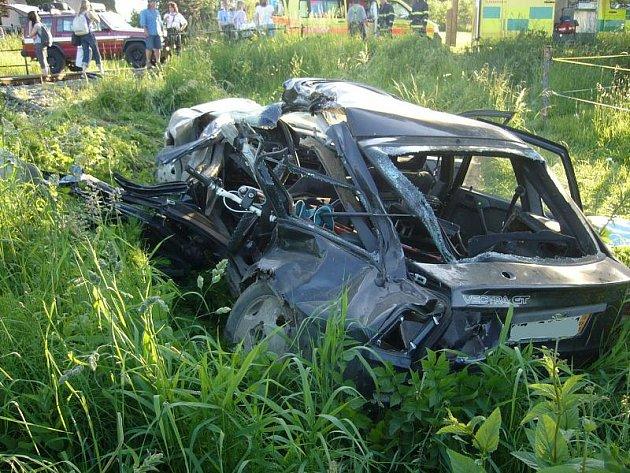 Obrovská tragédie se odehrála ve středu 9. června navečer v Brankách na Vsetínsku. Na železničním přejezdu srazil vlak projíždějící auto. Za jeho volantem seděl teprve patnáctiletý hoch. Zemřel na místě. Další dva spolujezdci jsou v kritickém stavu.