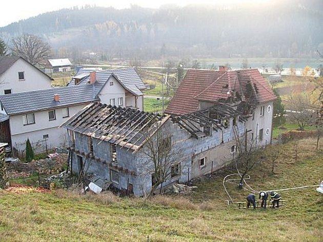 Rozsáhlý požár střechy domu v Novém Hrozenkově