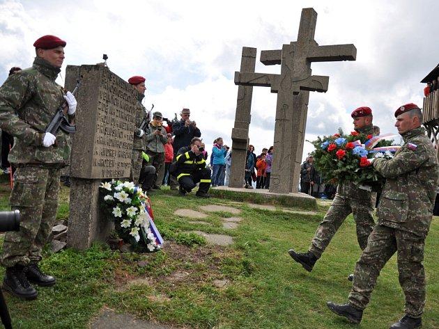 Tradiční setkání Čechů a Slováků u památníku Tři kříže na Ztracenci na moravsko-slovenském pomezí u příležitosti letos sedmdesátého výročí konce 2. světové války; neděle 10. května 2015.