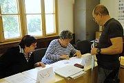 Členky volební komise kontrolují v pátek 24. května 2019 ve volebních seznamech ve volebním místnosti na dopravním hřišti ve Valašském Meziříčí jméno jednoho z voličů.