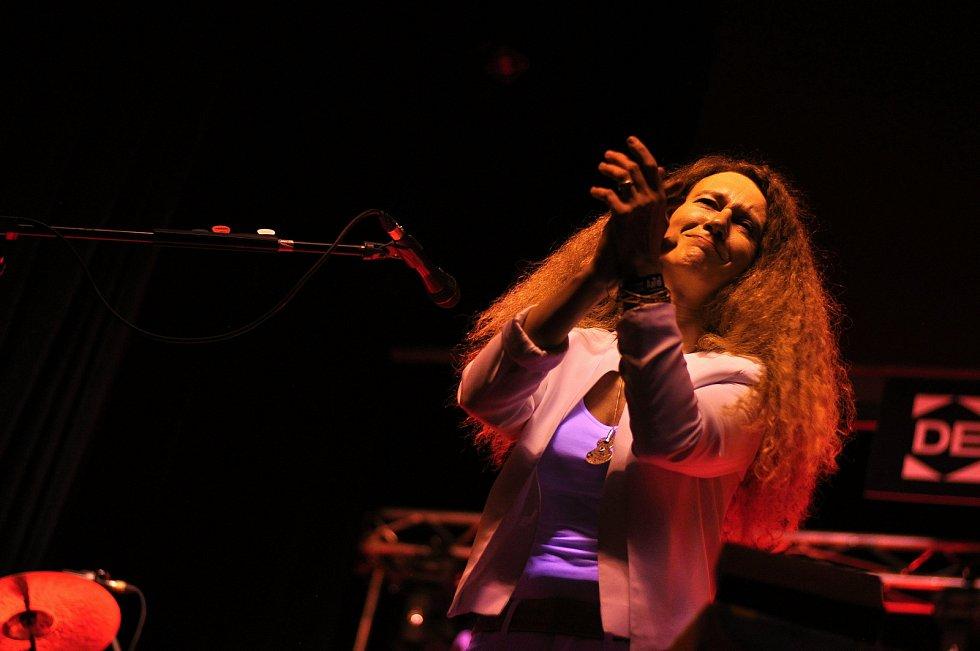 Polská zpěvačka a multiinstrumentalistka Magda Piskorczyk koncertuje se svou kapelou ve velkém sále Kulturního zařízení Valašské Meziříčí na 39. ročníku folk-blues-beat festivalu Valašský špalíček; sobota 26. června 2021