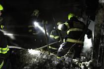Hasiči zasahují v pondělí 28. ledna 2019 u požáru stodoly na pasekách v údolí Jezerné ve Velkých Karlovicích.