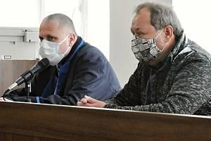 Pavel Pryszcz z Karvinska (uprostřed) obžalovaný z nedbalostního trestného činu v souvislosti s ničivým požárem chaty Libušín na Pustevnách v roce u Okresního soudu ve Vsetíně; čtvrtek 11. června 2020
