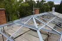 V Brankách pokračují opravy zámku. Tentokrát se pracuje na střeše. V plánu je také výměna zbylých oken a odvlhčení budovy. Celkové náklady na opravu zámku mohou vyšplhat až ke čtyřiceti milionům korun.