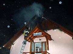 Pálenice hořela v pátek nad ránem (18. 12.) v Novém Hrozenkově. Na likvidaci ohně se podílely čtyři jednotky hasičů.