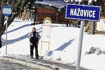 Autobusová zastávka v rožnovské místní části Hážovice. Prozatím je bez přístřešku. Radnice má v plánu do května 2012 přístřešky vybudovat.