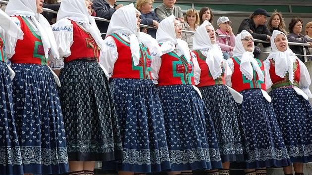 U příležitosti stavění máje na vsetínském dolním náměstí se se svým programem představil místní folklorní soubor Jasénka
