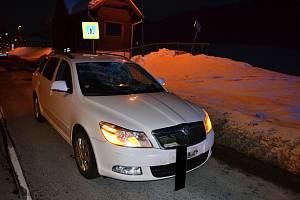 Poškozená Škoda Octavia, kterou čtyřiačtyřicetiletý řidič v sobotu 19. ledna 2019 srazil a zranil chodce na přechodu v Halenkově.