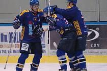 Hokejisté Valašského Meziříčí (modré dresy) porazili v prvním čtvrtfinále play off Uničov 3:1.