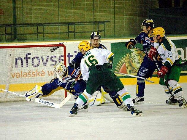 Hokejisté Vsetína (bílé dresy) podlehli v 17. kole východní skupiny druhé ligy Šumperku 2:3.
