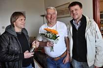 S gratulací Josefu Lažovi (uprostřed) se přidal také Valašský deník. Hodně zdraví jménem redakce i čtenářů popřál Josefu Lažovi šéfredaktor Valašského deníku Miroslav Urubek (vpravo).