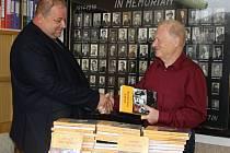Šedesát výtisků druhého vydání knihy o Josefu Sousedíkovi dostali darem členové Českého svazu bojovníků za svobodu ve Vsetíně.