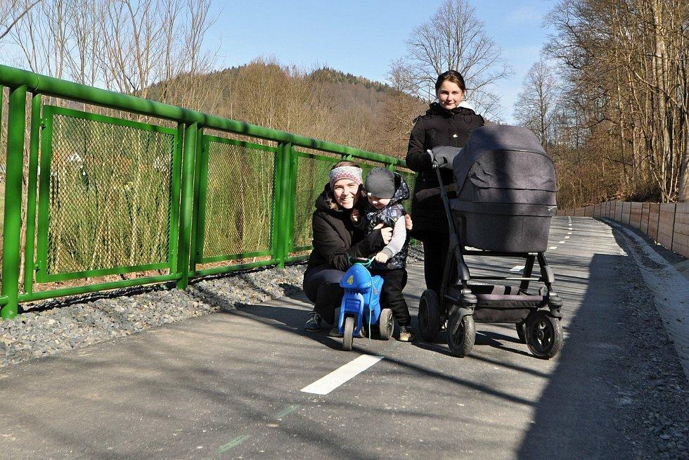 Leskovec - nová část cyklostezky BEVLAVA, která prochází obcí Leskovec. (na snímku zleva Jana Hrnčiříková z Leskovce se synem Jáchymem)