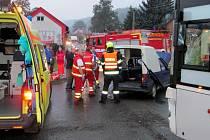 Srážka Škody Pick-up s autobusem v Ústí u Vsetína
