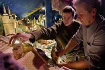 Pohyblivý betlém dokončují v těchto dnech dobrovolníci a řemeselníci v Horní Lidči na Valašsku. Budou na něm nejenom biblické výjevy, ale i významné lokality z celého Zlínského a Trenčanského kraje. První diváci by jej spatří v sobotu 10. prosince.