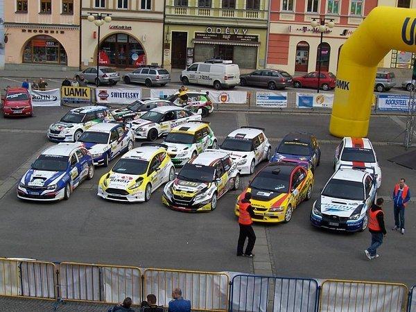 Přeskupením soutěžních posádek na valašskomeziříčském náměstí žije valašskomeziříčské náměstí.
