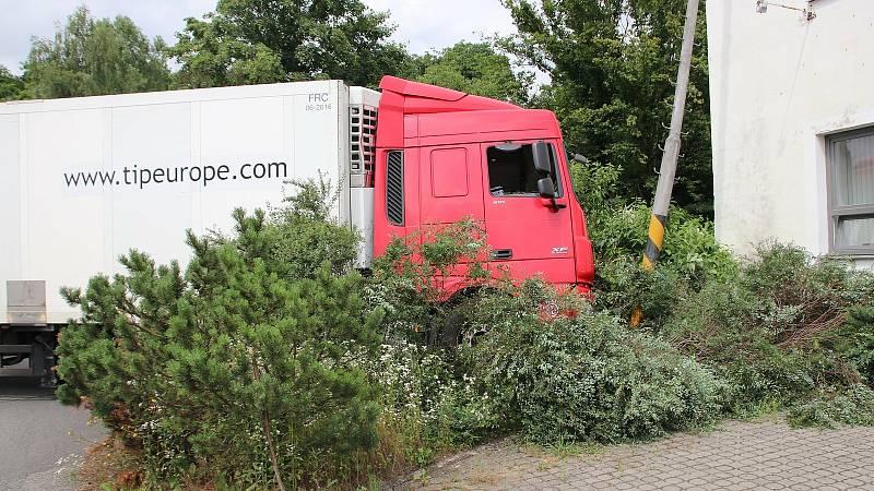Řidič kamionu nezvládl třetí červencové úterý ve Valašském Meziříčí řízení a narazil do sloupu osvětlení, následně nadýchal 3,94 promile.