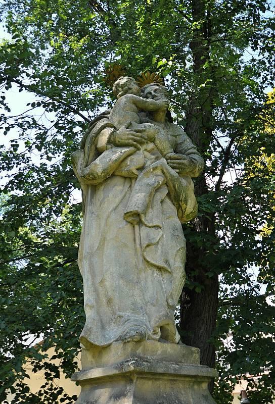 Valašské Meziříčí - socha sv. Josefa s Ježíškem v místě bývalého krásenského náměstí v sousedství zámku Kinských