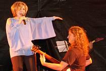 Na koncert Hany Zagorové a Petra Rezka se přišla do Rožnova pod Radhoštěm podívat téměř tisícovka lidí.